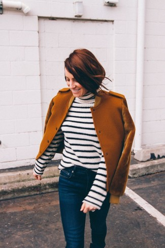 Outfits mujeres: Utiliza una cazadora de aviador de lana en tabaco y unos vaqueros pitillo azul marino para una apariencia fácil de vestir para todos los días.