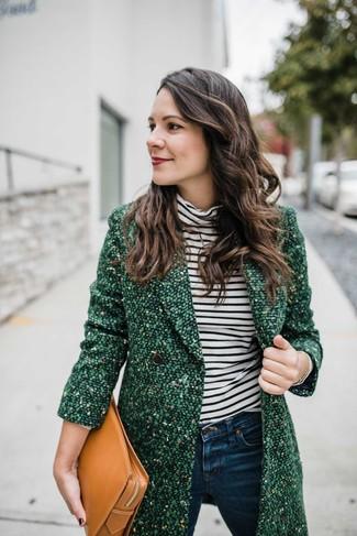 Cómo combinar: cartera sobre de cuero marrón claro, vaqueros pitillo azul marino, jersey de cuello alto de rayas horizontales en blanco y negro, abrigo de tweed verde