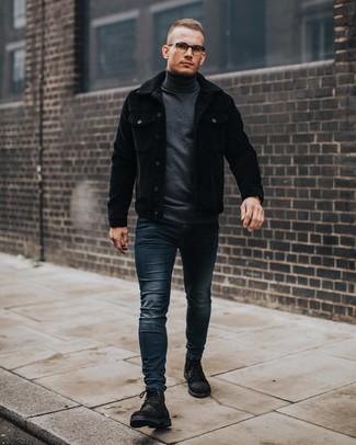 Look de moda: Botas casual de ante negras, Vaqueros pitillo azul marino, Jersey de cuello alto en gris oscuro, Chaqueta estilo camisa de pana negra
