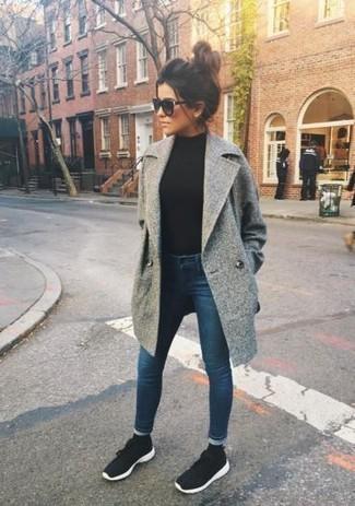 Combinar unas deportivas en negro y blanco: Intenta ponerse un abrigo gris y unos vaqueros pitillo azul marino para una apariencia fácil de vestir para todos los días. ¿Quieres elegir un zapato informal? Elige un par de deportivas en negro y blanco para el día.