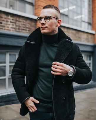 Cómo combinar: reloj plateado, vaqueros pitillo azul marino, jersey de cuello alto verde oscuro, chaqueta de piel de oveja negra