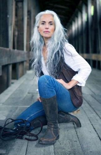 Cómo combinar: botas a media pierna de cuero en gris oscuro, vaqueros pitillo azules, camisa de vestir blanca, chaleco de cuero en gris oscuro