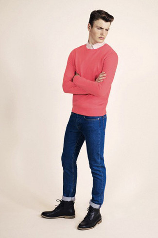 Cómo combinar: botas casual de cuero negras, vaqueros pitillo azules, camisa de vestir en beige, jersey con cuello circular rosa