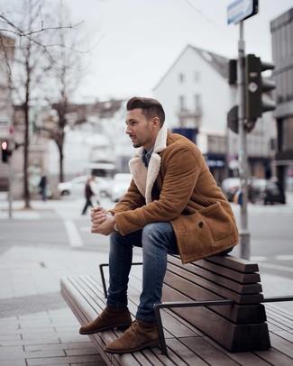 Cómo combinar: botas casual de ante marrónes, vaqueros pitillo azules, camisa vaquera azul, abrigo de piel de oveja en tabaco