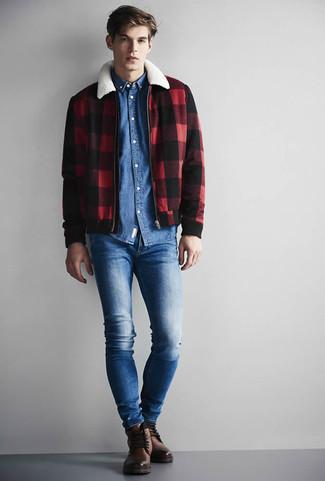 Look de moda: Botas casual de cuero marrónes, Vaqueros pitillo azules, Camisa vaquera azul, Cazadora harrington a cuadros en rojo y negro