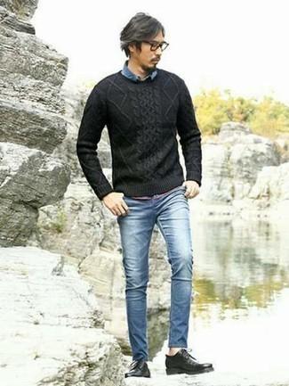 Moda para hombres de 40 años: Elige un jersey de ochos negro y unos vaqueros pitillo azules para una apariencia fácil de vestir para todos los días. Opta por un par de zapatos derby de cuero negros para mostrar tu inteligencia sartorial.