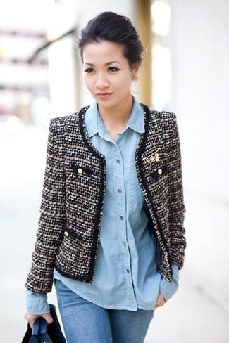 Cómo combinar: vaqueros pitillo azules, camisa vaquera celeste, chaqueta de tweed en negro y blanco