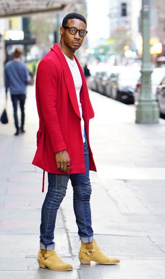 Cómo combinar: botines chelsea de ante marrón claro, vaqueros pitillo azules, camiseta con cuello circular blanca, abrigo largo rojo