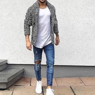 Cómo combinar: zapatillas altas blancas, vaqueros pitillo desgastados azules, camiseta con cuello circular blanca, cárdigan con cuello chal gris