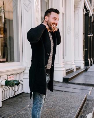 Cómo combinar: vaqueros pitillo azules, camiseta con cuello circular de rayas horizontales en blanco y negro, abrigo largo negro