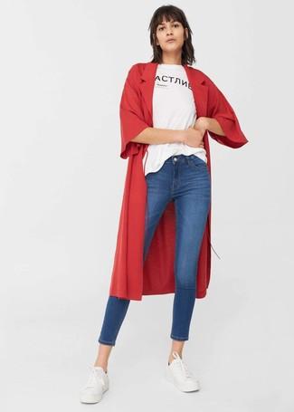 Cómo combinar: tenis blancos, vaqueros pitillo azules, camiseta con cuello circular estampada en blanco y negro, abrigo duster rojo