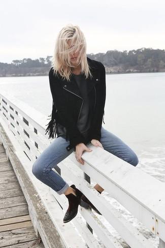 Cómo combinar: botines de ante negros, vaqueros pitillo azules, camiseta con cuello circular en gris oscuro, chaqueta motera de ante сon flecos negra