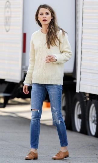 Cómo combinar: zapatos oxford de cuero marrón claro, vaqueros pitillo desgastados azules, camiseta de manga larga blanca, jersey de ochos en beige