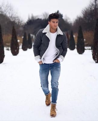 Cómo combinar: botas casual de nubuck marrón claro, vaqueros pitillo desgastados azules, jersey con cuello circular blanco, chaqueta de piel de oveja en negro y blanco