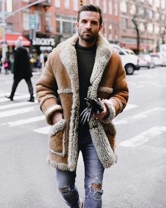 Cómo combinar: guantes de cuero negros, vaqueros pitillo desgastados azules, jersey con cuello circular de punto verde oliva, abrigo de piel de oveja marrón claro