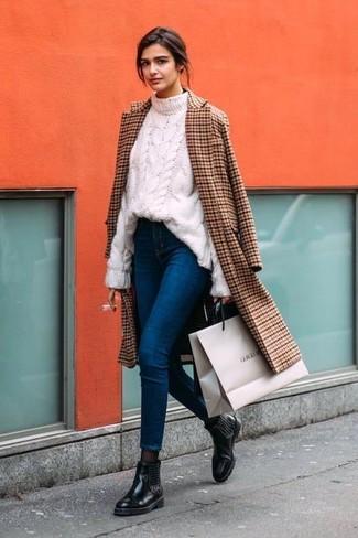 Cómo combinar: botines chelsea de cuero con adornos negros, vaqueros pitillo azules, jersey de ochos blanco, abrigo a cuadros marrón