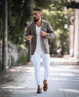 Combinar un blazer de tartán gris: Los días ocupados exigen un atuendo simple aunque elegante, como un blazer de tartán gris y unos vaqueros pitillo blancos. Con el calzado, sé más clásico y elige un par de mocasín con borlas de ante marrón.