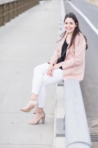 Cómo combinar: sandalias de tacón de ante en beige, vaqueros pitillo blancos, camiseta sin manga de seda negra, blazer rosado