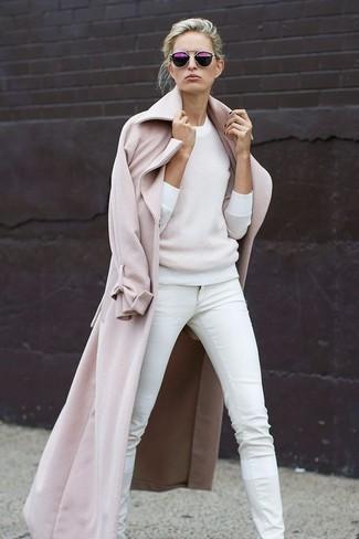 Cómo combinar: gafas de sol morado, vaqueros pitillo blancos, jersey con cuello circular blanco, abrigo en beige