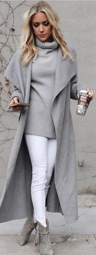 Cómo combinar: botines de ante grises, vaqueros pitillo blancos, jersey con cuello vuelto holgado gris, abrigo gris