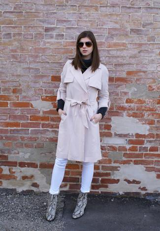 Cómo combinar: botines de cuero con print de serpiente grises, vaqueros pitillo blancos, jersey de cuello alto de lana en gris oscuro, gabardina rosada