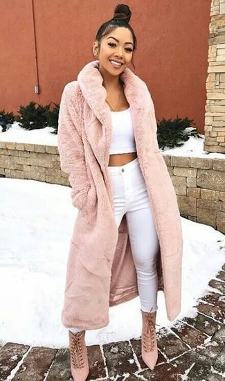 Unos vaqueros pitillo de vestir con un top corto blanco: Intenta combinar un top corto blanco con unos vaqueros pitillo y te verás como todo un bombón. Usa un par de botines con cordones de ante rosados para mostrar tu lado fashionista.