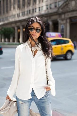 Cómo combinar: bolso bandolera de cuero negro, vaqueros pitillo desgastados celestes, blusa de botones de gasa blanca, blazer en beige