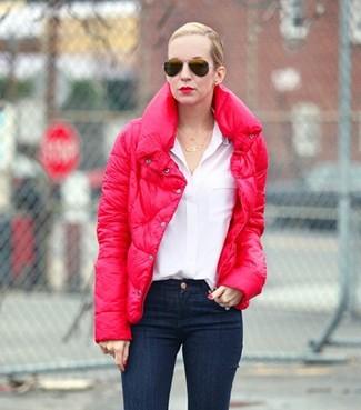 Cómo combinar: gafas de sol negras, vaqueros pitillo azul marino, blusa de botones blanca, plumífero rojo