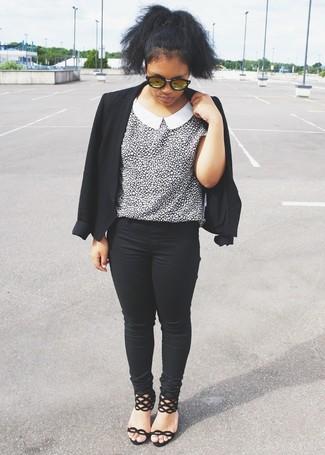 Cómo combinar: sandalias de tacón de ante negras, vaqueros pitillo negros, blusa de manga corta de leopardo en blanco y negro, blazer negro