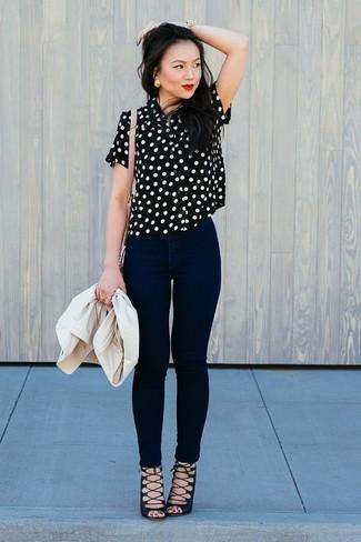 Cómo combinar: sandalias romanas de ante negras, vaqueros pitillo negros, blusa de manga corta a lunares en negro y blanco, blazer en beige