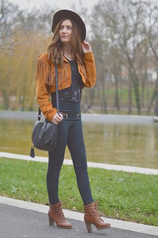 Cómo combinar: botines con cordones de cuero marrónes, vaqueros pitillo negros, blusa de manga corta de encaje negra, chaqueta motera de ante en tabaco