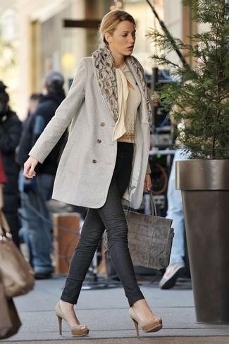 Combinar una bolsa tote de ante gris: Un abrigo gris y una bolsa tote de ante gris son una opción incomparable para el fin de semana. Zapatos de tacón de ante en beige son una opción inigualable para completar este atuendo.