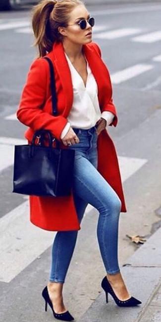 Cómo combinar: zapatos de tacón de ante negros, vaqueros pitillo azules, blusa de manga larga blanca, abrigo rojo
