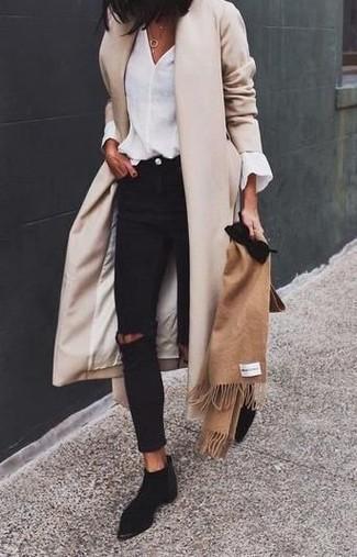 Cómo combinar: botines chelsea de ante negros, vaqueros pitillo desgastados negros, blusa de manga larga blanca, abrigo en beige