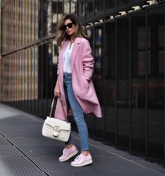 Cómo combinar: tenis de cuero rosados, vaqueros pitillo azules, blusa de manga larga blanca, abrigo rosado