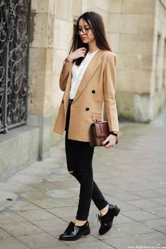Cómo combinar: mocasín con borlas de cuero negro, vaqueros pitillo negros, blusa de manga larga blanca, blazer cruzado marrón claro
