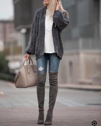 Combinar una blusa de manga larga con un cárdigan: Ponte un cárdigan y una blusa de manga larga para cualquier sorpresa que haya en el día. Botas sobre la rodilla de ante en gris oscuro son una opción inmejorable para complementar tu atuendo.
