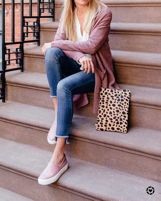 Combinar una blusa de manga larga con un cárdigan: Casa un cárdigan con una blusa de manga larga para un almuerzo en domingo con amigos. Si no quieres vestir totalmente formal, elige un par de zapatillas slip-on de cuero rosadas.