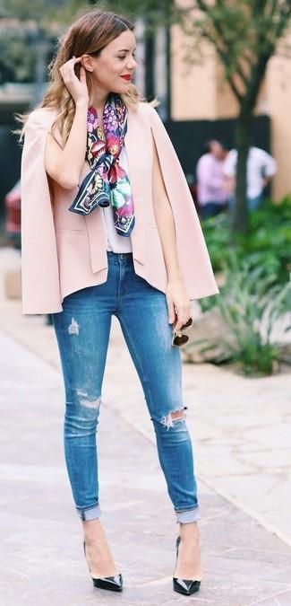 Combinar unas gafas de sol: Para un atuendo tan cómodo como tu sillón ponte un blazer estilo capa rosado y unas gafas de sol. Un par de zapatos de tacón de cuero negros se integra perfectamente con diversos looks.
