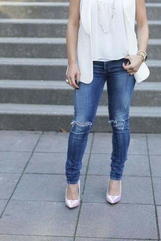Cómo combinar: zapatos de tacón de cuero rosados, vaqueros pitillo desgastados azules, blusa sin mangas blanca, blazer sin mangas blanco