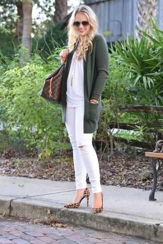 Cómo combinar: zapatos de tacón de ante de leopardo marrón claro, vaqueros pitillo desgastados blancos, blusa sin mangas blanca, cárdigan abierto verde oscuro