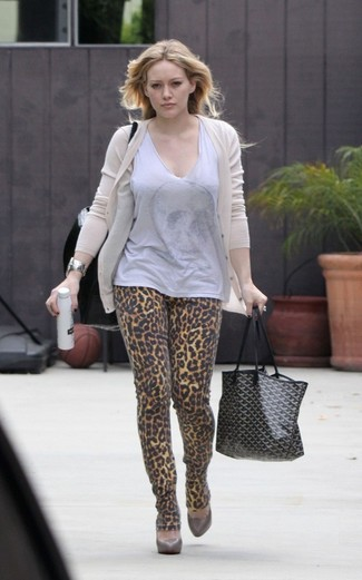 Cómo combinar: zapatos de tacón de cuero marrónes, vaqueros pitillo de leopardo marrón claro, blusa sin mangas gris, cárdigan en beige