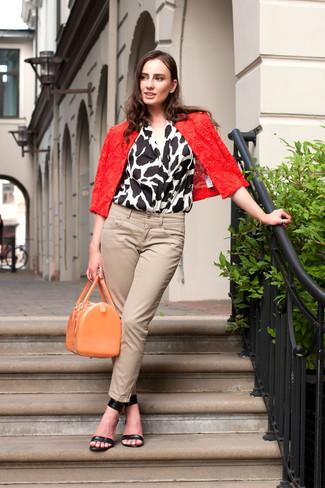 Cómo combinar: sandalias de tacón de cuero negras, vaqueros pitillo en beige, blusa sin mangas estampada en blanco y negro, chaqueta motera de encaje roja