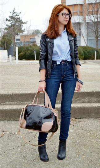 Cómo combinar: botines de cuero negros, vaqueros pitillo azul marino, camisa de manga corta celeste, chaqueta motera de cuero negra