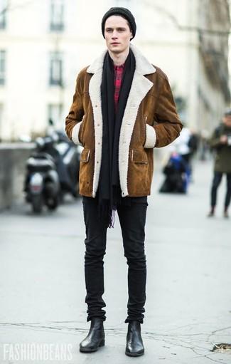 Combinar una bufanda negra: Considera emparejar un abrigo de piel de oveja marrón con una bufanda negra transmitirán una vibra libre y relajada. Agrega botines chelsea de cuero negros a tu apariencia para un mejor estilo al instante.