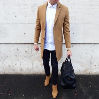 Combinar unos vaqueros negros: Equípate un abrigo largo marrón claro con unos vaqueros negros para lidiar sin esfuerzo con lo que sea que te traiga el día. Opta por un par de botines chelsea de ante marrón claro para mostrar tu inteligencia sartorial.