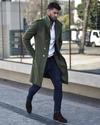 Combinar un abrigo largo verde oscuro: Ponte un abrigo largo verde oscuro y unos vaqueros pitillo azul marino para una vestimenta cómoda que queda muy bien junta. ¿Te sientes valiente? Opta por un par de botines chelsea de ante en marrón oscuro.