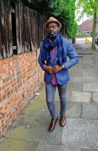 Cómo combinar: zapatos oxford de cuero marrónes, vaqueros pitillo azul marino, camisa de manga larga a cuadros rosa, blazer azul