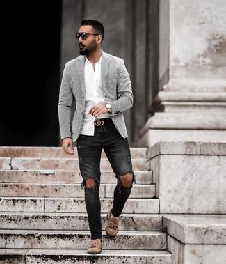 Cómo combinar: mocasín con borlas de ante marrón, vaqueros pitillo desgastados negros, camisa de manga larga blanca, blazer de rayas verticales en blanco y negro