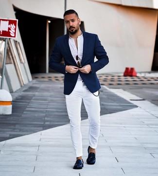 Cómo combinar: mocasín de cuero azul marino, vaqueros pitillo blancos, camisa de manga larga de rayas verticales blanca, blazer azul marino